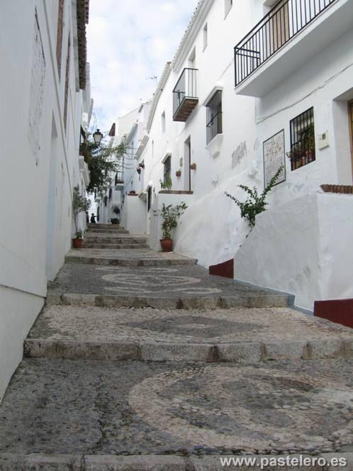 Calle empedrada de Frigiliana