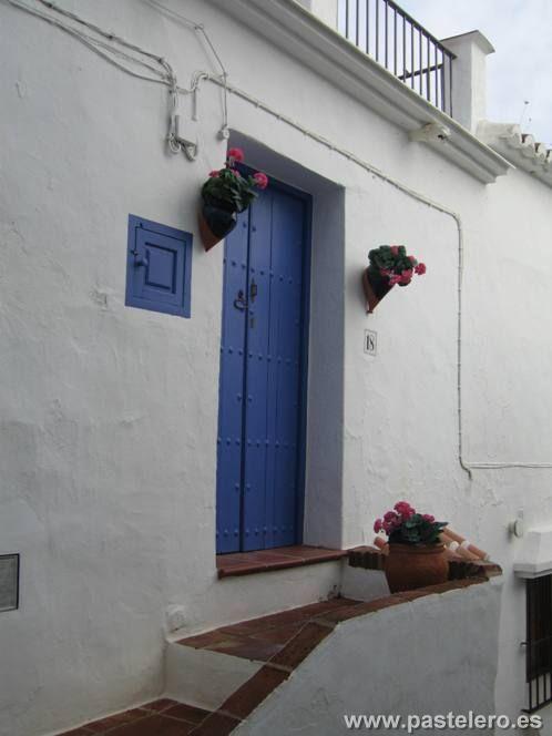 Tipica puerta azul de entrada a una casa de Frigiliana