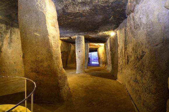 El dolmen Menga construido durante el Neolítico y la Edad del Bronce con grandes bloques de piedra