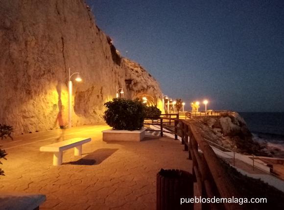Vista nocturna del Paseo Maritimo Blas Infante en La Cala del Moral