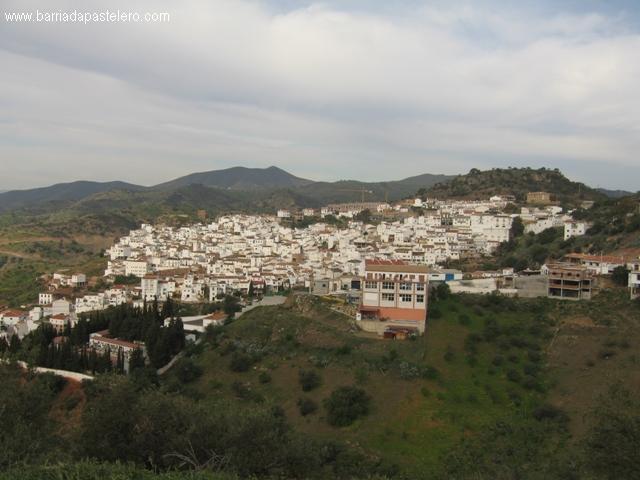 Almogía, pueblo morisco andaluz visto desde el mirador de la carretera