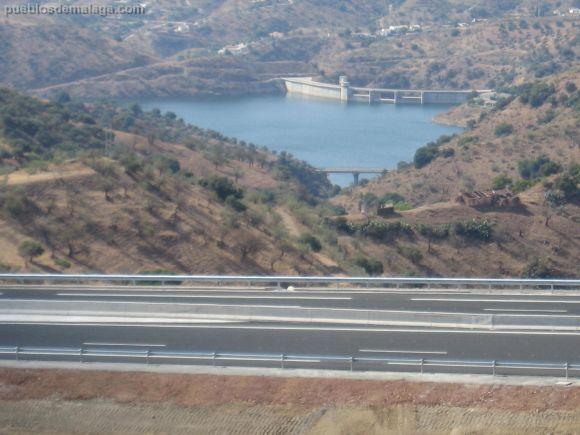 Autpista y pantano de Casasola