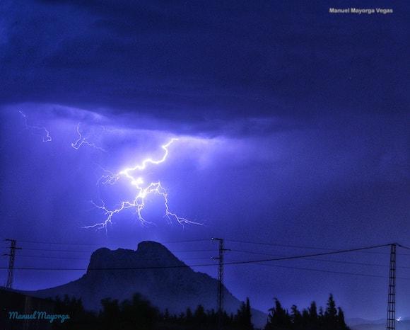 Foto de la Peña de los Enamorados con rayos de tormenta