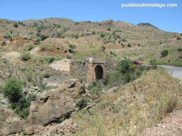 Puente de Linares antes de ser cubierto por la presa de Casasola