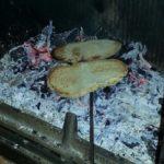 Rebanadas de pan tostadas con leña