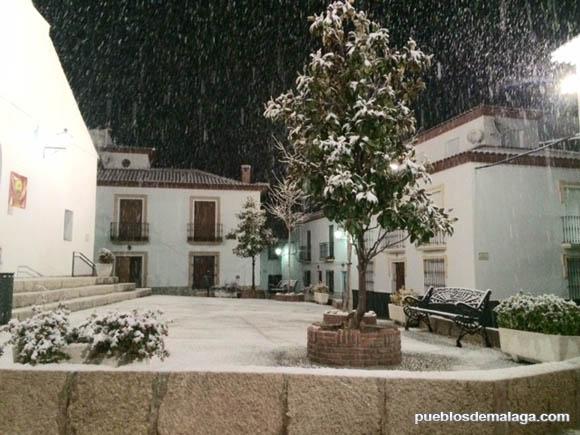Plaza de la Iglesia de santa Ana en Alfarnate