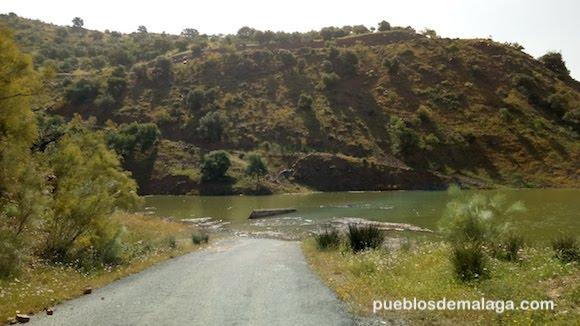 Puente de Linares en el rio Campanillas sumergido