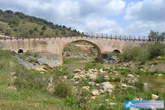 El río Campanillas pasa bajo el Puente de Las Palomas de Almogía