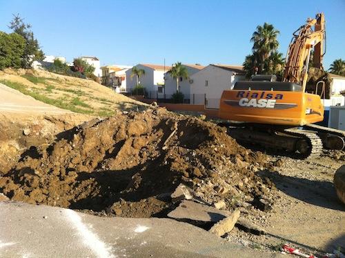 Máquinas excavadoras en la parcela donde irá ubicada la nueva estación de autobuses de Alhaurín El Grande.