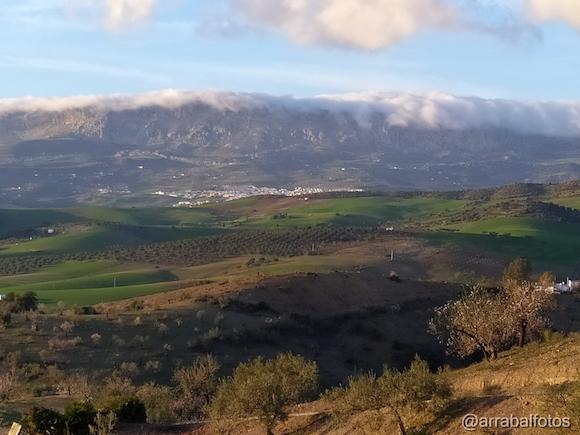 Foto de Villanueva de la Concepción desde Arroyo Coche con la Sierra del Torcal con nubes (@arrabalfotos 28 de Enero de 2020)