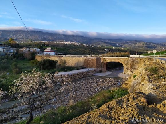 Foto de Villanueva de la Concepción con el Puente del Horcajo y la Sierra del Torcal con nubes