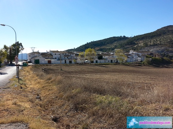 Vista de Villanueva de cauche y entrada al pueblo