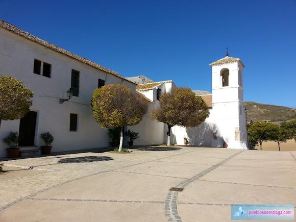 Cortijo e Iglesia en la Plaza de la Constitución de Villanueva de Cauche