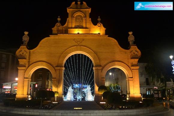Alumbrado de Navidad desde parte trasera de la Puerta de Estepa de Antequera