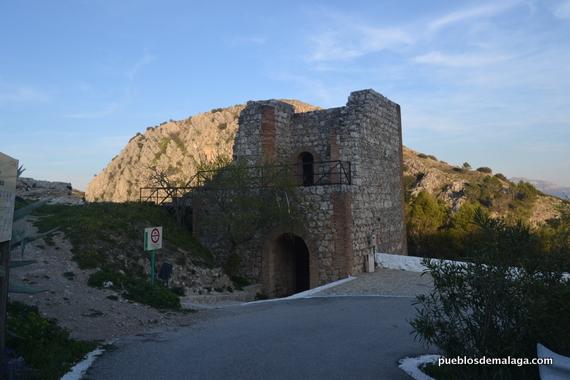 Puerta-torreón junto a la zona de aparcamiento de la Ermita