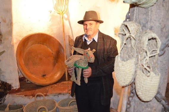 El espartero Francisco Parra con un burrito de esparto