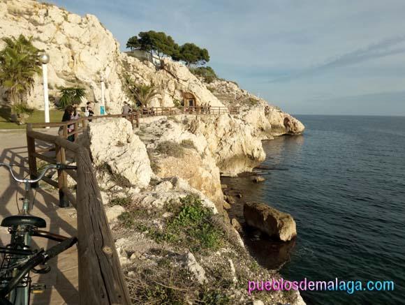 Vista del Paseo y el Santuario de la Virgen del Carmen en las rocas del Paseo Marítimo de la Cala del Moral