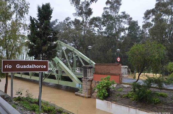 El rio Guadalhorce hasta arriba en el Puente de Hierro de Estación de Cártama
