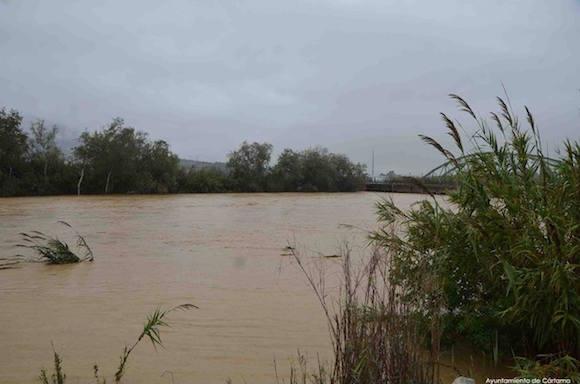 Foto del rio Guadalhorce desbordado en Estación de Cártama el 4 de Diciembre de 2016