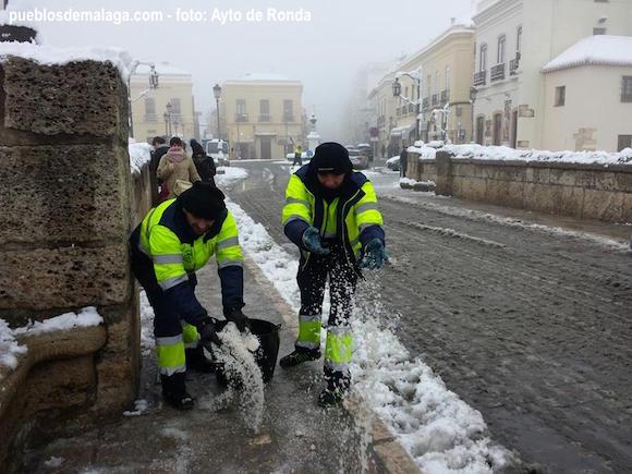 Operarios trabajando en la nevada de Ronda