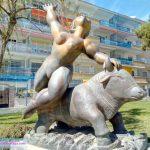 Rapto de Europa, escultura de Jose Seguiri en los jardines de la Casa fuerte de Bezmiliana