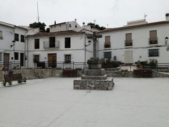 Cruz de la plaza del pueblo de Atajate