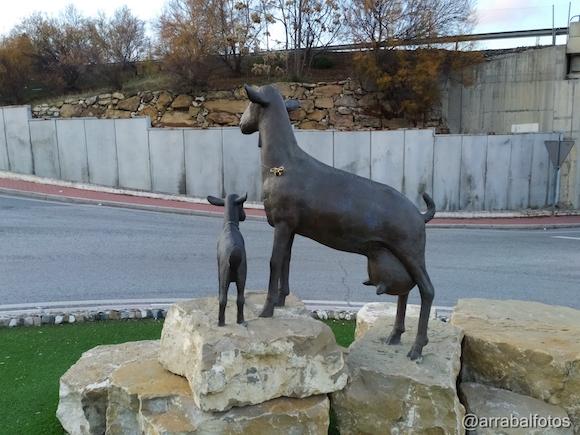 Monumento a la cabra malagueña en  la entrada de Casabermeja